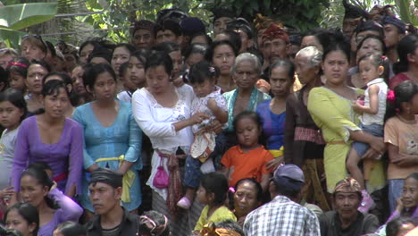 A-Crowd-Of-Women-And-Niños-Stand-Together-In-Indonesia