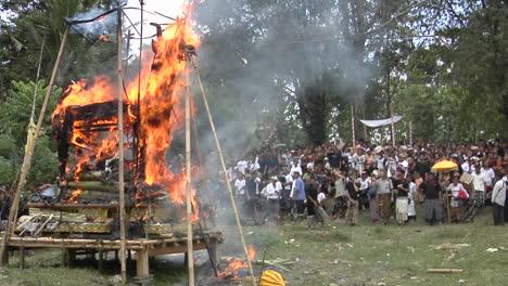 Una-Pira-Funeraria-Arde-En-Una-Ceremonia-De-Cremación-En-Indonesia