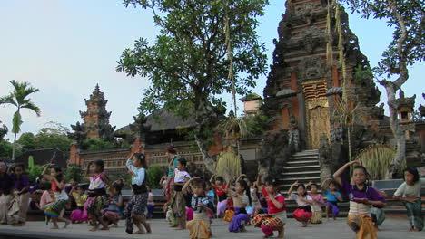 Mädchen-üben-Den-Legong-Tanz-In-Einer-Balinesischen-Tanzschule