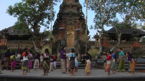 Mädchen-üben-Den-Legong-Tanz-In-Einer-Balinesischen-Tanzschule-1