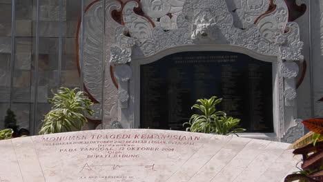Ein-Denkmal-Ehrt-Die-Opfer-Der-Bombenanschläge-Auf-Bali