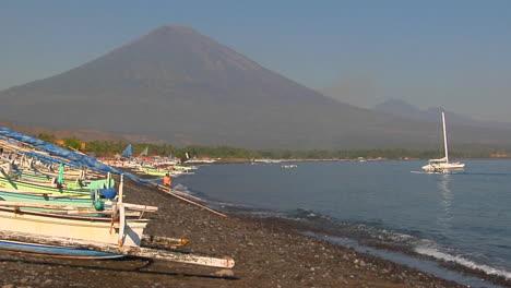 Pequeñas-Olas-Regalan-En-Una-Orilla-Bordeada-De-Barcos-En-Indonesia