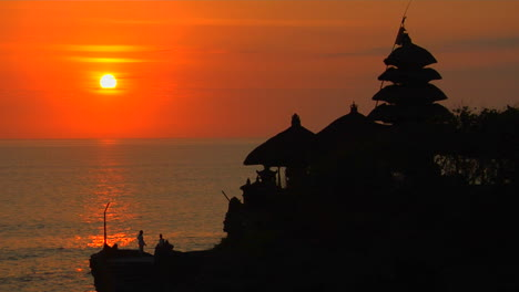 The-Pura-Tanah-Lot-Temple-Overlooks-Reflections-In-The-Ocean-3