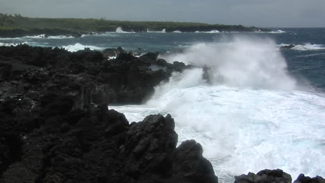 A-Large-Pacific-Storm-Batters-Hawaii-With-Large-Waves-2