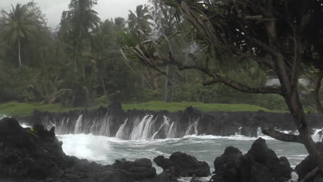 A-Large-Pacific-Storm-Batters-Hawaii-With-Large-Waves-3