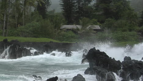 A-Large-Pacific-Storm-Batters-Hawaii-With-Large-Waves-4