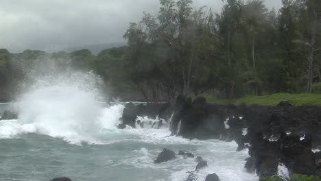 A-Large-Pacific-Storm-Batters-Hawaii-With-Large-Waves-6