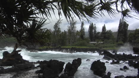 A-Large-Pacific-Storm-Batters-Hawaii-With-Large-Waves-7