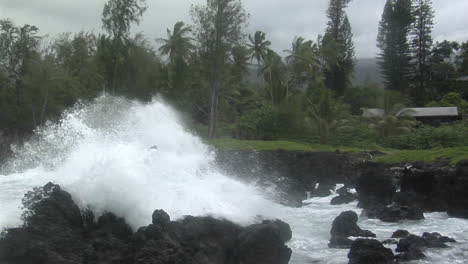 A-Large-Pacific-Storm-Batters-Hawaii-With-Large-Waves-8
