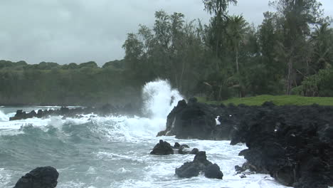 A-Large-Pacific-Storm-Batters-Hawaii-With-Large-Waves-9