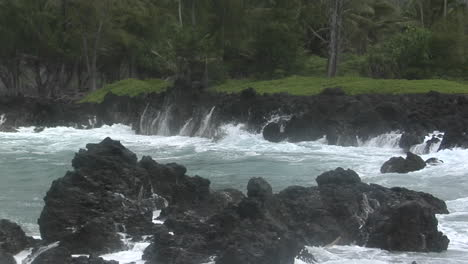 A-Large-Pacific-Storm-Batters-Hawaii-With-Large-Waves-12