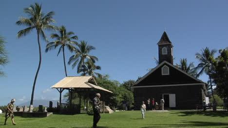 La-Gente-Llega-A-Una-Iglesia-Tropical-Cuando-Suena-La-Campana