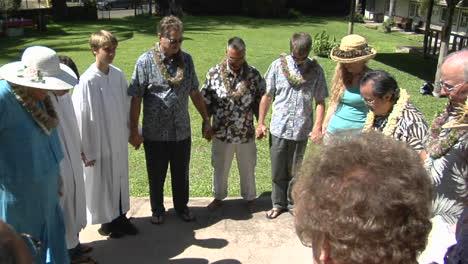 Un-Círculo-De-Oración-De-Adoradores-Hawaianos-Fuera-De-Una-Iglesia