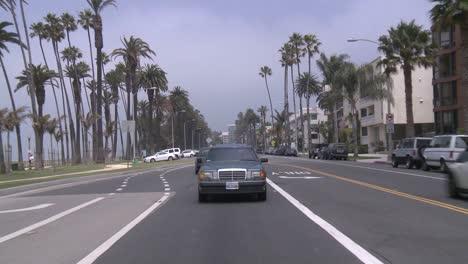 Ein-Auto-Fährt-Eine-Straße-In-Santa-Monica-Kalifornien-Entlang-Gesehen-Durch-Die-Hintere-Scheibe-3