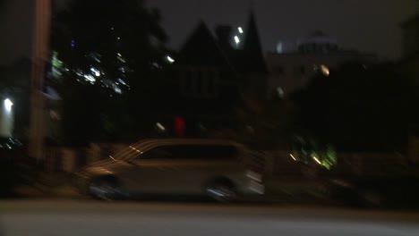 Un-Automóvil-Viaja-Por-Una-Calle-De-Noche-En-Santa-Mónica-California-Como-Se-Ve-A-Través-De-La-Ventana-Lateral-2
