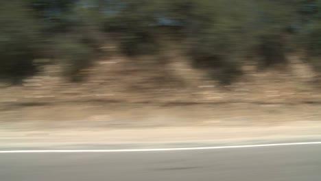 Ein-Auto-Fährt-Entlang-Einer-Malerischen-Autobahn-In-Der-Nähe-Von-Los-Angeles-Kalifornien-Wie-Durch-Das-Seitenfenster-Gesehen