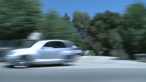 Ein-Auto-Fährt-Auf-Einer-Malerischen-Autobahn-In-Der-Nähe-Von-Los-Angeles-Kalifornien-Durch-Das-Seitenfenster-Gesehen-1
