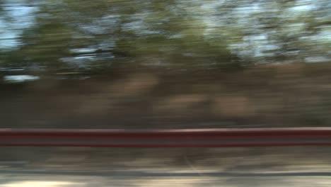 Ein-Auto-Fährt-Auf-Einer-Malerischen-Autobahn-In-Der-Nähe-Von-Los-Angeles-Kalifornien-Wie-Durch-Das-Seitenfenster-Gesehen-2