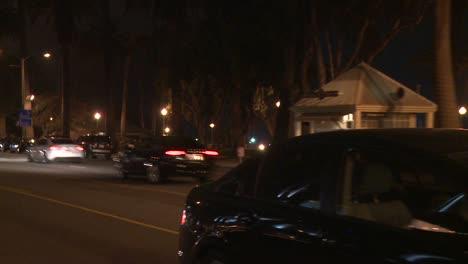 Un-Automóvil-Viaja-Por-Una-Calle-De-Noche-En-Santa-Mónica-California-Visto-A-Través-De-La-Ventana-Trasera-En-Un-ángulo-5