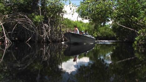 Ein-Motorboot-Gleitet-Auf-Einem-Fluss-In-Einem-Feuchtgebiet