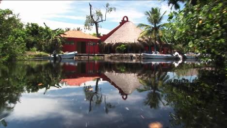 Barcos-De-Lujo-Amarrados-En-Muelles-En-Una-Zona-Fluvial-De-Humedales