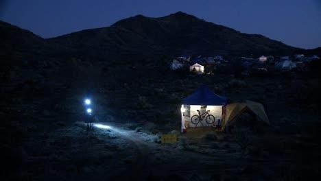 Un-Ciclista-Viaja-De-Noche-Usando-Luces