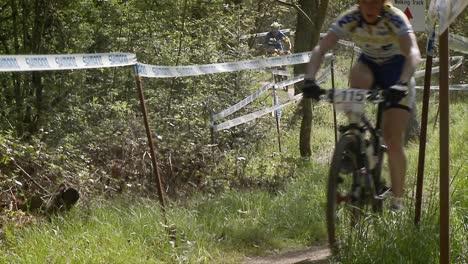 Un-Grupo-De-Ciclistas-De-Montaña-Corre-Por-Un-Sendero-De-Cursos-Un-Grupo-De-Ciclistas-De-Montaña-Corre-Por-Un-Sendero-De-Cursos