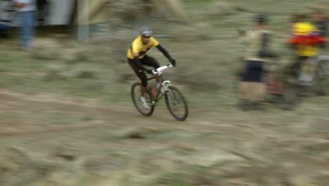 Un-Ciclista-Corre-Por-Un-Terreno-Accidentado