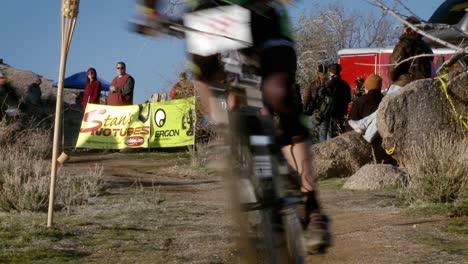 Los-Ciclistas-Corren-Por-Una-Zona-Montañosa-