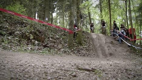 Los-Ciclistas-Corren-Por-El-Bosque-Mientras-La-Gente-Observa