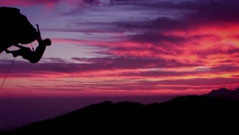 A-man-climbs-a-montaña-as-the-sun-sets