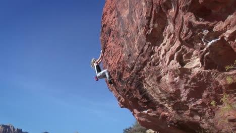 A-woman-climbs-the-side-of-a-montaña