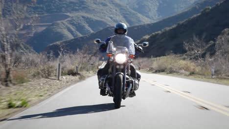 Un-Hombre-Monta-Una-Motocicleta-En-Una-Carretera-De-Montaña
