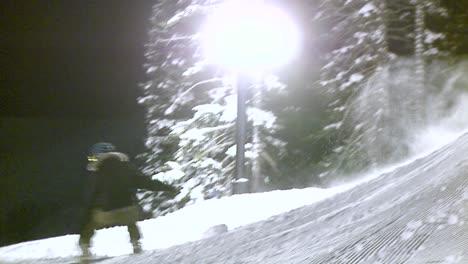 Un-Ciclista-De-Snowboard-Da-Un-Salto-Por-La-Noche