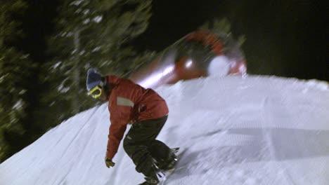 Un-Snowboarder-Se-Desliza-Sobre-Un-Cilindro-De-Metal