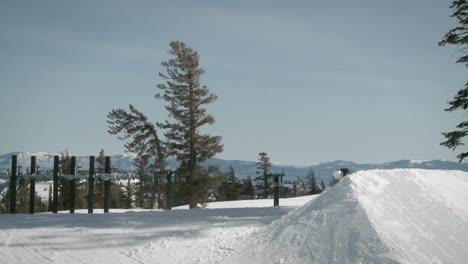 Un-Snowboarder-Salta-De-Una-Gran-Pila-De-Nieve
