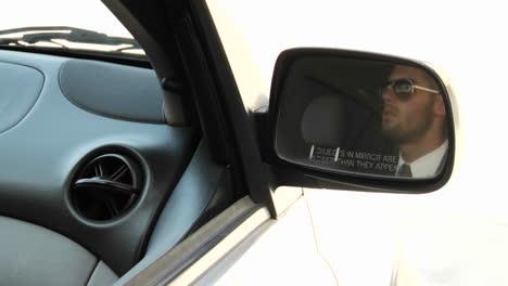 Ein-Umschlag-Mit-Bargeld-Wird-Durch-Ein-Autofenster-Geführt