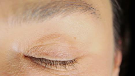 Mujer-abriendo-los-ojos-04