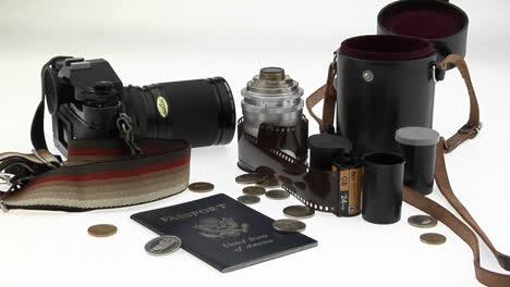 Eine-Passmünzenkamera-Und-Ausrüstung-Sitzen-Auf-Einem-Weißen-Tisch