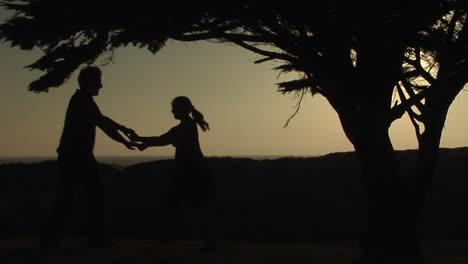 Ein-Paar-Tanzt-Draußen-Zusammen