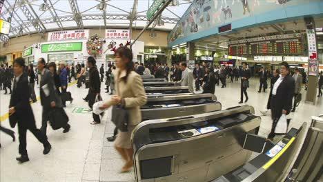 Los-Pasajeros-Caminan-A-Través-De-Torniquetes-Jr-En-La-Estación-De-Ueno-Tokio-Japón