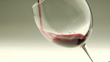 El-Vino-Tinto-Se-Vierte-En-Una-Copa
