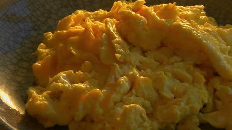 Un-Tirón-Lento-En-Un-Tazón-De-Huevos-Revueltos