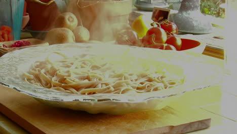 Una-Mujer-Chef-Prepara-Una-Comida-Vertiendo-Pasta-Fresca-Cocida-En-Un-Recipiente-De-Vidrio