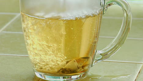 Kochendes-Wasser-übergossen-über-Einen-Teebeutel-In-Einer-Klaren-Glaskaffeetasse