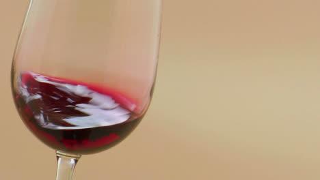 Vino-Tinto-Arremolinándose-En-Una-Elegante-Copa-De-Vino
