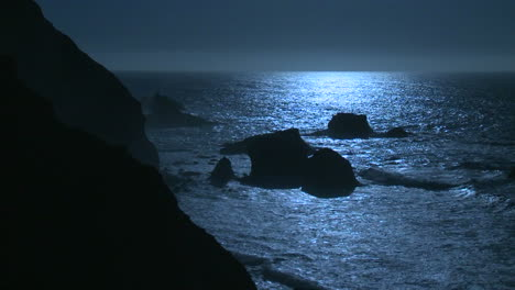 Surf-rolls-into-the-Big-Sur-Coastline-of-California-under-a-full-moon-effect