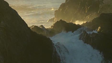 El-Surf-Impulsado-Por-Una-Tormenta-Invernal-Se-Adentra-En-La-Costa-De-Big-Sur-De-California-4