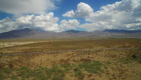 Una-Antena-Sobre-La-Región-Seca-Del-Valle-De-Owens-En-California-Con-Líneas-De-Riego-En-Primer-Plano-1