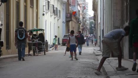 Kinder-Spielen-In-Einer-Engen-Gasse-In-Alt-Havanna-Kuba-1